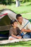 Pesca del figlio con il suo padre Immagine Stock Libera da Diritti