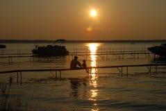 Pesca del figlio del padre al tramonto Immagine Stock