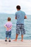 Pesca del figlio e del padre dal pilastro Fotografia Stock Libera da Diritti