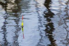 Pesca del galleggiante sull'acqua fotografie stock libere da diritti