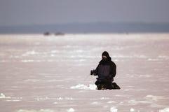 Pesca del ghiaccio dell'uomo Immagini Stock Libere da Diritti