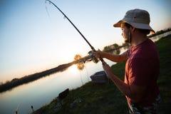 Pesca del giovane allo stagno ed all'hobby godere immagini stock libere da diritti