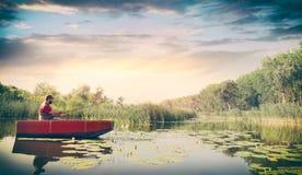 Pesca del giovane nel lago immagini stock libere da diritti