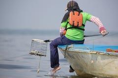 Pesca del granchio sul Lake Maracaibo, Venezuela fotografie stock