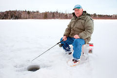 Pesca del hielo en el lago Imagen de archivo libre de regalías