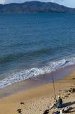 Pesca del hombre de la playa Foto de archivo libre de regalías