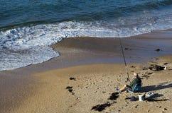 Pesca del hombre de la playa Fotografía de archivo libre de regalías