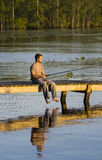 Pesca del hombre de un muelle Imagen de archivo libre de regalías