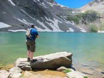 Pesca del hombre en el lago Foto de archivo