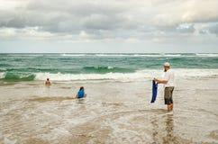 Pesca del hombre en el Océano Índico, agosto de 2013 Parque del humedal de Isimangaliso, Suráfrica Imágenes de archivo libres de regalías
