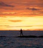 Pesca del hombre en el océano Foto de archivo