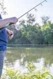 Pesca del hombre en el río Fotografía de archivo libre de regalías