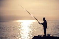 Pesca del hombre en la mañana Foto de archivo libre de regalías