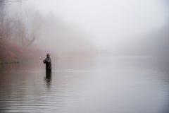 Pesca del hombre en un río Fotografía de archivo libre de regalías