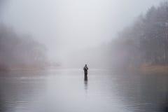 Pesca del hombre en un río Fotos de archivo