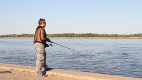 Pesca del hombre en un río metrajes
