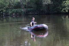 Pesca del hombre joven en el río Fotografía de archivo