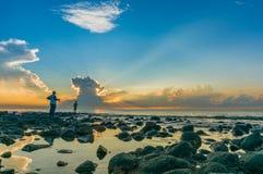 Pesca del hombre por la mañana Imagen de archivo