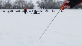 Pesca del invierno en el festival pesquero 2 de marzo de 2019 Udryak, distrito de Chishminsky, república de Bashkortostan, Rusia almacen de video
