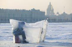 Pesca del invierno en el río de Niva Foto de archivo libre de regalías
