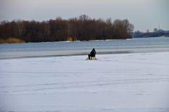 Pesca del invierno en el río Dnieper imágenes de archivo libres de regalías