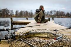 Pesca del luccio nel paesaggio di primavera Fotografia Stock