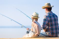 Pesca del padre y de la hija Fotos de archivo libres de regalías