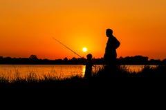 Pesca del padre y del hijo en el río Foto de archivo libre de regalías