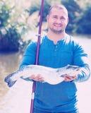 Pesca del padre y del hijo en el río salvaje Fotos de archivo libres de regalías