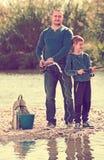 Pesca del padre y del hijo en el río salvaje Imagen de archivo