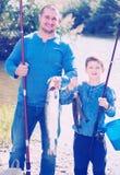 Pesca del padre y del hijo en el río salvaje Imagen de archivo libre de regalías