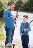 Pesca del padre y del hijo en el río salvaje Imagenes de archivo
