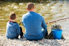 Pesca del padre y del hijo en el río salvaje Foto de archivo