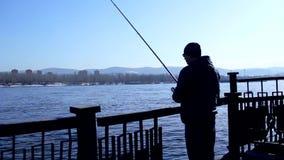 Pesca del pescador con el giro, silueta almacen de metraje de vídeo
