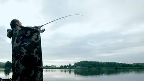 Pesca del pescador con una barra en la orilla del río Pesca del verano almacen de video