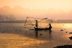 Pesca del pescador del río Imagenes de archivo