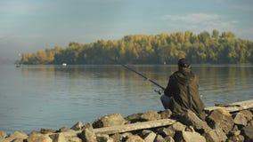 Pesca del pescador del deportista en la competencia en el río, pescado de cogida en alimentador almacen de metraje de vídeo