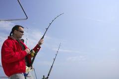 Pesca del pescador en atún del gran juego del barco Imagen de archivo