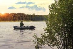 Pesca del pescador en el amanecer de la oscuridad fotos de archivo libres de regalías
