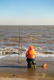 Pesca del pescador en el mar en invierno Fotografía de archivo