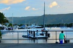 Pesca del pescador en el puerto Douglas Queensland Australia Foto de archivo libre de regalías