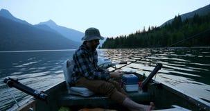 Pesca del pescador en el río 4k metrajes