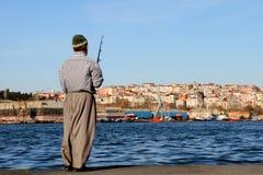 Pesca del pescador en la ciudad imagenes de archivo