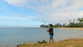 Pesca del pescador en la playa 4k almacen de metraje de vídeo