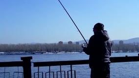 Pesca del pescatore con la filatura, siluetta video d archivio