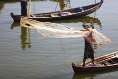 Pesca del pescatore con le reti in Myanmar fotografia stock