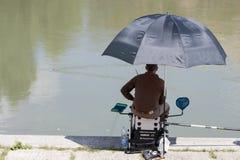 Pesca del pescatore nel fiume il Tevere Fotografia Stock