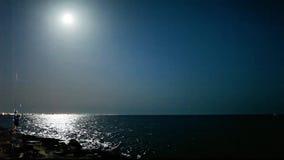 Pesca del ragazzo con la luna piena