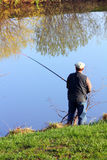 Pesca dell'anziano sul lago Fotografia Stock