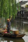 Pesca dell'uomo al fiume della porcellana Immagine Stock